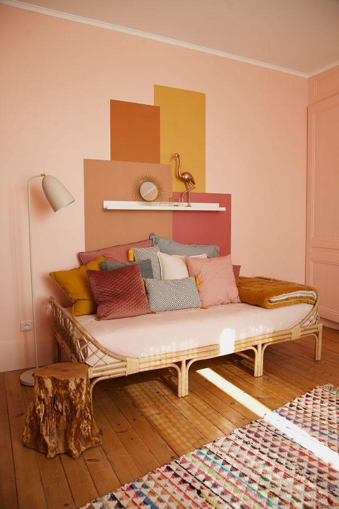 lit en rotin typiquement vintage et multitude de coussins confortables