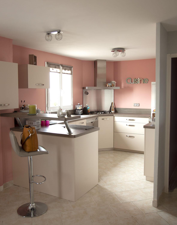 La cuisine délimitée grâce à la couleur dans cet espace ouvert.