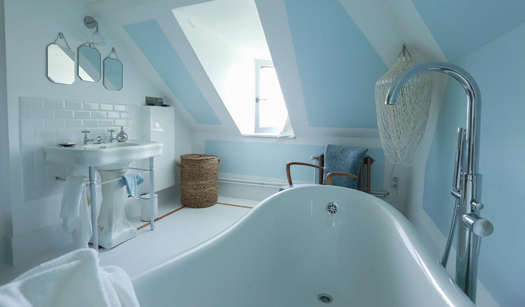 salle-de-bain-bleu-blanc-bois-rotin-bambou-jacinthe-eau-nacre-coquillage-fauteuil-bridge-sanitaire-ancien-vintage
