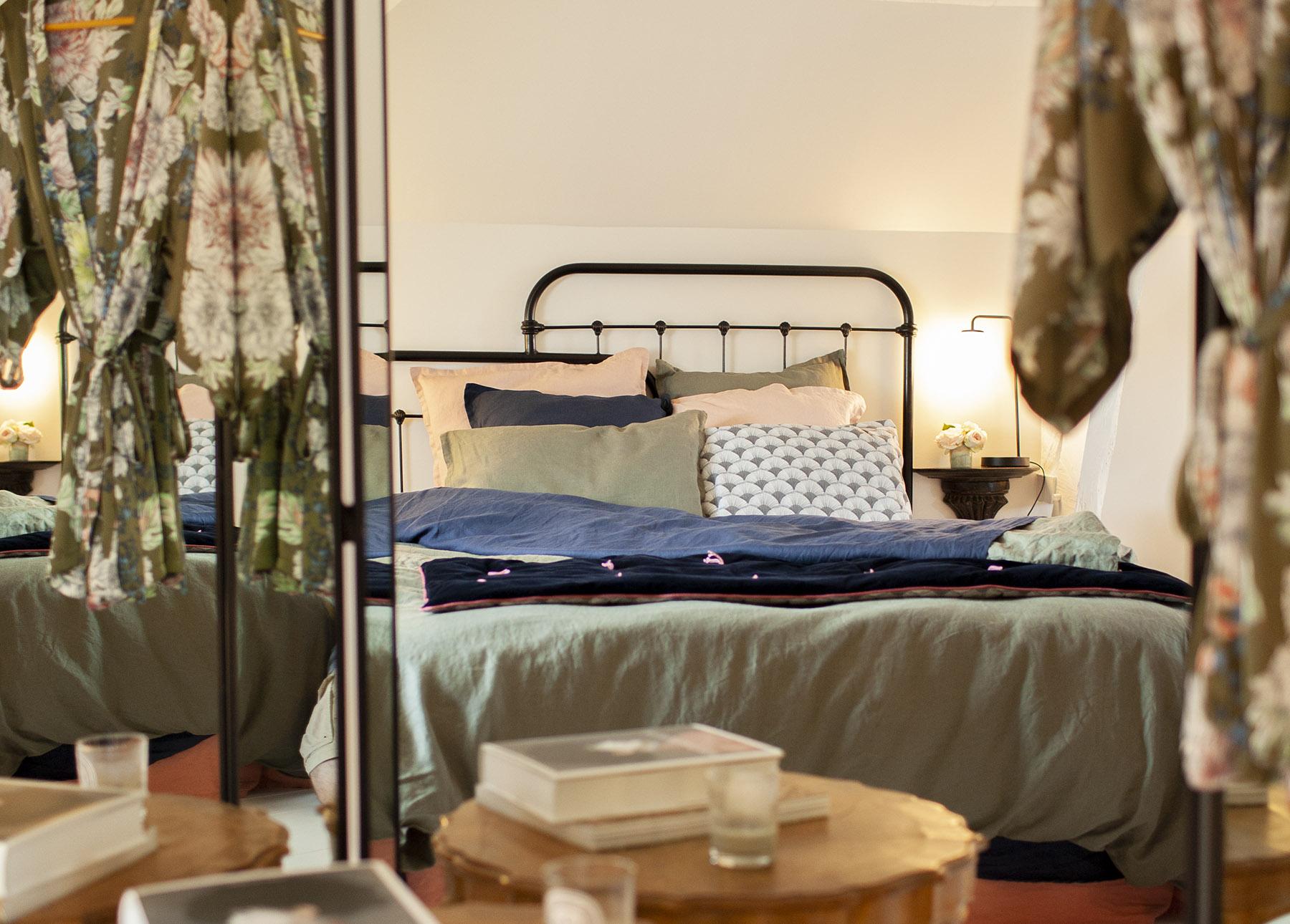 chambre sous combles esprit atelier industriel avec son lit métallique noir en metal