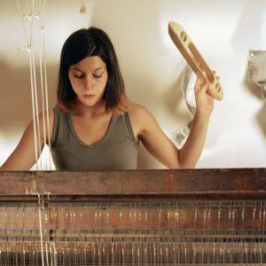 portrait de Sophie Mallebranche. La matière se discipline et s'illumine entre ses doigts.