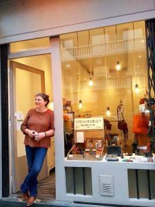 portrait de Vanessa Réveillon, devant sa boutique de la rue Brancion dans le 15ème à Paris.