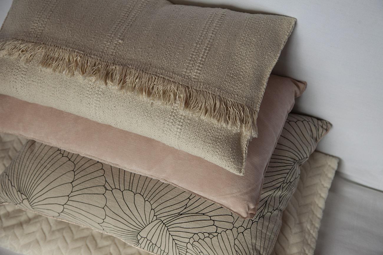 coussin écru crème rose poudré motifs fleurs lin plaid velours diy tapis ikea