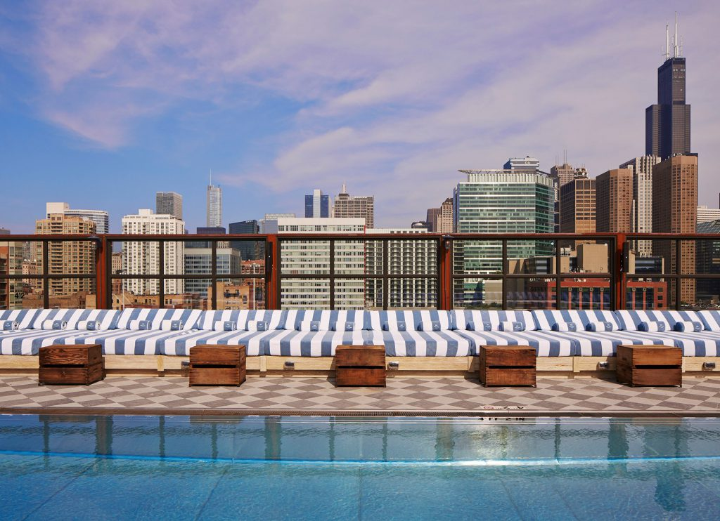 Une vue exceptionnelle pour une piscine très fifties.