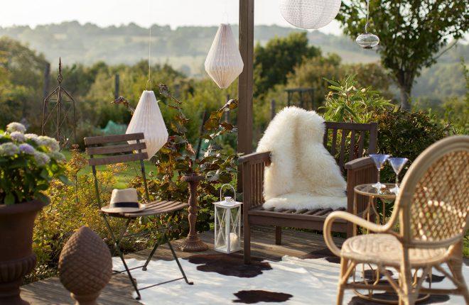 ambiance-estivale-exterieur-jardin-rotin-peau-lanterne
