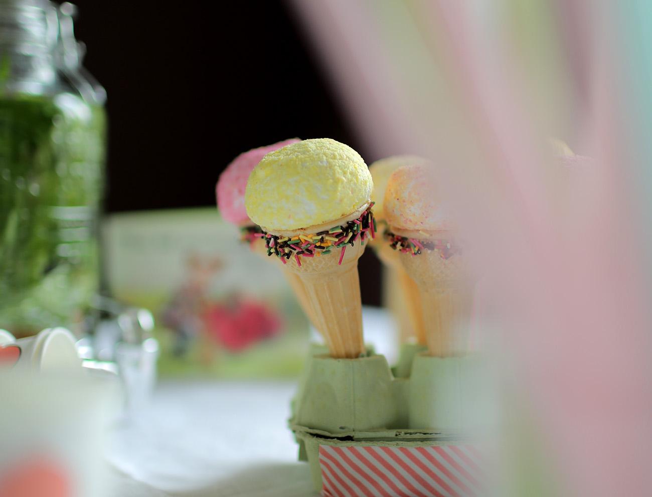cornet-glace-bonbon-boule-coco-pastel-vermicelles-chocolat-multicolores