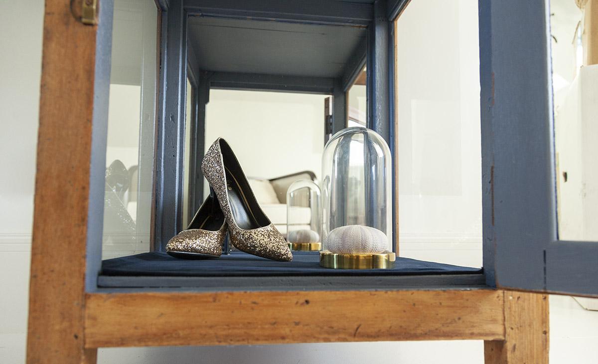 chaussures talons escarpins paillettes doré globe coquillage bleu marine nuit bois velours